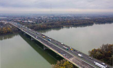 Várhatóan iskolakezdésre 2×3 sávon haladhat a forgalom a Deák Ferenc hídon