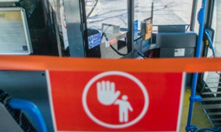 Őrjöngenek az utasok a maszkviselés miatt, védelmet kér a buszvezető