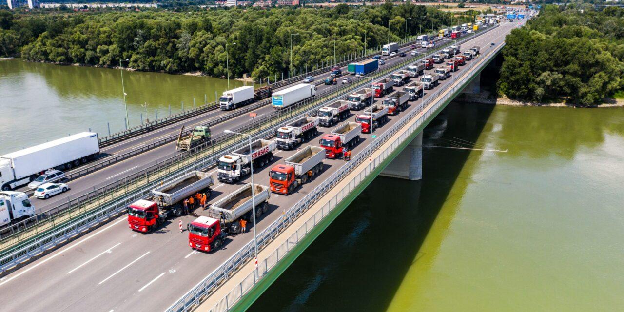 Forgalomtereléssel járó megerősítéseket végeznek a Deák Ferenc-hídon
